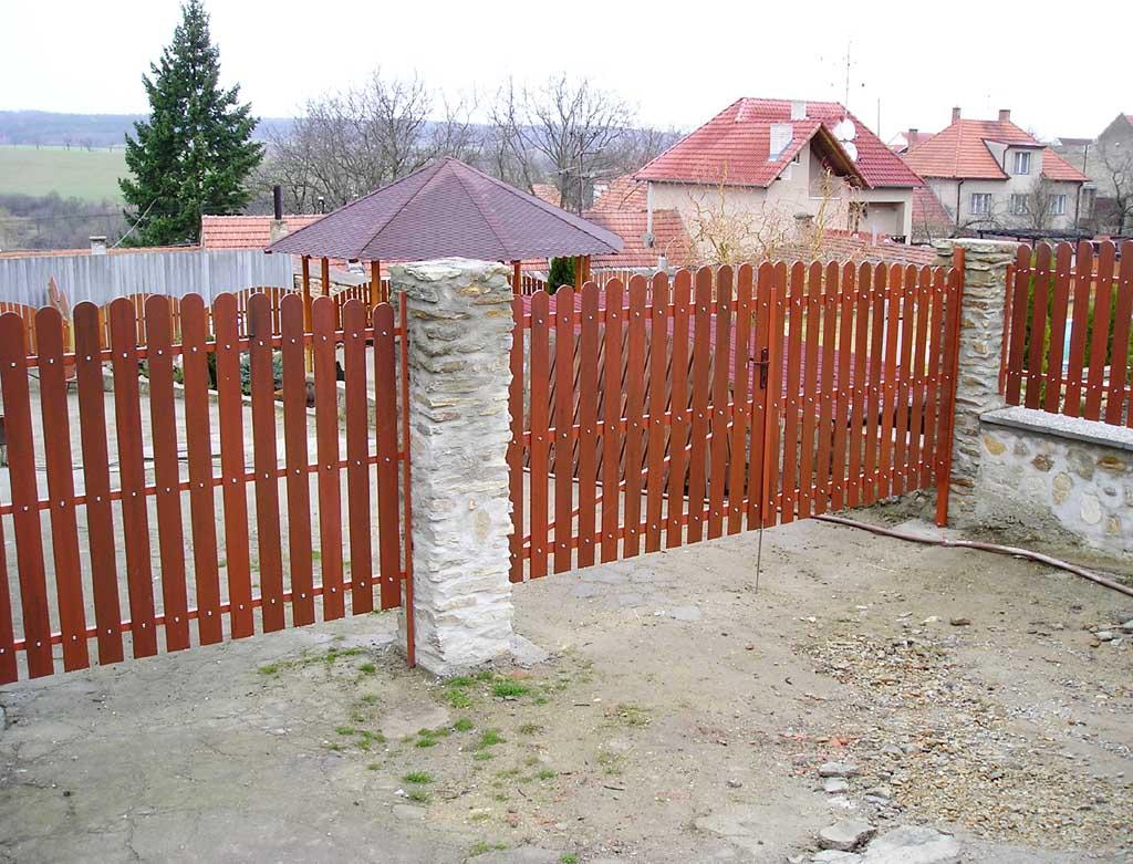 Ogrodzenie wykorzystujące sztachety winylowe oraz słupki z kamienia.